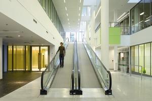 """Wichtigstes Verbindungselement innerhalb des Neubaus ist die """"Magistrale"""", die das gesamte Klinikum auf den Ebenen 1 und 2 erschließt<br />"""