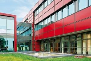 In der Fassadengestaltung ist grundsätzlich alles realisierbar – großflächige Verglasungen, WDVS oder hinterlüftete Fassaden in Holz, Metall, Keramik oder Glas