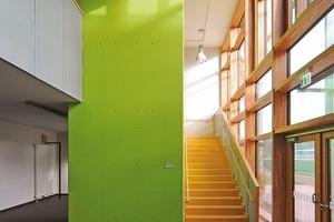 """<div class=""""6.6 Bildunterschrift / Herstellerangaben"""">Die Schulstraße (oben) und der Eingang der Sporthalle werden durch Farbakzente strukturiert</div>"""
