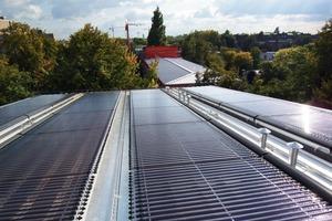 """<div class=""""9.6 Bildunterschrift"""">Vakuumröhrenkollektoren auf den nach Süden geneigten Dächern der neuen Maisonettewohnungen tragen 60% zum Heizbedarf für Warmwasser bei</div><div class=""""9.6 Bildunterschrift""""></div>"""