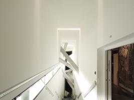 Haupttreppenhaus im Neubau des Jüdischen Museums, hier von ganz oben nach ganz unten