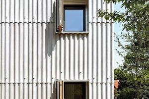 Formteile lassen Dach und Fassade verschmelzen(Architektur: Zwingel Dilg mit Volker Thun)