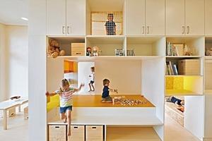 Die Möbel entwarfen die Architekten selbst. Mit der Hochburg ermöglichen sie den Kindern andere Perspektiven einzunehmen und schaffen Rückzugsorte