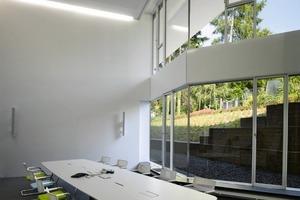 """<div class=""""14.6 Bildunterschrift"""">Durch den großzügigen Dachüberstand ist die Verschattung der Büro und Konferenzzonen gewährleistet</div>"""