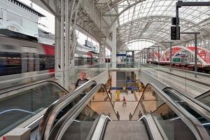 Durch die Aufweitung der Gleisunterführung zu einer Ladenpassage und durch deren natürliche Belichtung über großzügige Bahnsteigzugänge wird der Zugang zu den Gleisen zur öffentlichen Fußgängerzone aufgewertet