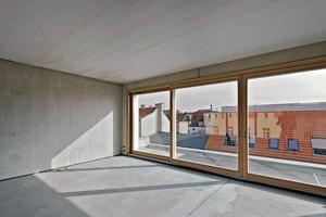 Die Ausführung war schwierig, da der Betonierabschnitt bei OK Fensterbrüstung lag. Die Decken sollten sich nicht im Schalbild der Außenwände abzeichnen. Der Anschluss der Decken erfolgte daher mit Klappbewehrung, die in die Wand eingelegt und nach dem Entfernen der Schalung ausgeklappt wurde