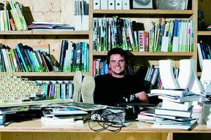 """<div class=""""fliesstext_vita""""><strong>Bjarke Ingels<br /></strong>1974geboren<br />1993-1999Architekturstudium an der Royal Danish Academy of Arts, Kopenhagen<br />1996-1997Technica Superior de Architectura, Barcelona<br />1998-2001Mitarbeit bei OMA, Rotterdam<br />2001Gründung des Büros PLOT<br />2005Gründung BIG, Bjarke Ingels Group, Kopenhagen<br />2004Goldener Löwe/Biennale Venedig für die Konzerthalle Stavanger<br />2005Forum AID Award für das beste skandinavische Gebäude (VM Houses)<br />2005Gastprofessor an der Rice University, Houston/USA<br />2007Gastprofessor an der Harvard University, Cambridge/USA</div>"""
