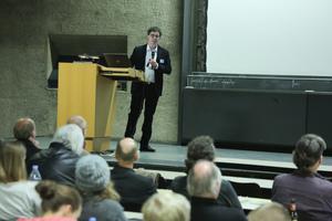 Jochen Wink zeigte eindrücklich die Langlebigkeit der Dämmung aus Schaumglas