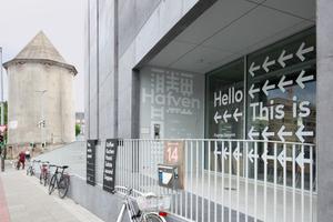 """Eingang zum """"Hafven"""" und dem öffentlichen Café. Die Rampe gleicht den Höhenabfall des Weidendamms aus"""
