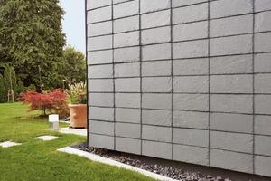 """<div class=""""10.6 Bildunterschrift"""">Die Schieferplatten sind an der Fassade in der so genannten variablen Deckung verlegt, auf dem Dach hingegen in der Rechteck-Doppeldeckung. Die PV-Anlage ist dort fast unsichtbar integriert</div>"""