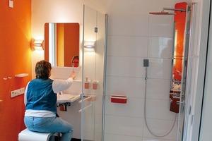 Das Duschbad ist durch eine 1,10 m breite Schiebetür (geruchsdicht) direkt von einem Schlafraum und vom Flur aus erreichbar. Kommt es also in einer späteren Lebensphase zu einer Pflegesituation, so sind Umbaumaßnahmen nicht erforderlich