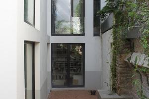 Von beiden schmalen Seiten ist das Wohnhaus in der Paradiesgasse von bestehenden Gebäuden umschlossen
