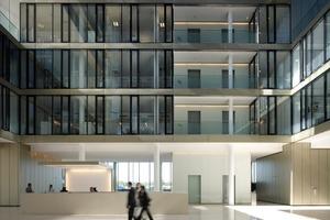 Es gibt zwei Fassadentypen: Der eine ist in die Mitte orientiert, der andere bestimmt die Wirkung der Gebäude nach außen zu den Freianlagen<br />