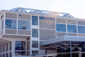 """Die feingliedrigen Fenster im Obergeschoss des Arbomec-Gebäudes konnten nicht erhalten werden und wurden möglichst originalgetreu nachgebaut, mussten dabei aber moderne Ansprüche an Funktion, Wärmedämmung, Luftdichtheit, Schalldämmung und Ökologie erfüllen. Erstellt wurden die über 2,8m hohen und breiten Fensterelemente mit dem Profilsystem Forster unico XS aus Stahl. Die schmalen Profil-breiten, ab 23mm bei Verglasungen und 55mm für Fenster-/Stulpflügel, erlauben einen maximalen Lichteinfall ins Gebäudeinnere und integrieren gleichzeitig die Funktionen einer modernen NutzungForster Profilsystme AG<br /><a href=""""http://www.forster-profile.ch"""" target=""""_blank"""">www.forster-profile.ch</a><br />"""