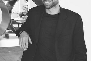 """<div class=""""fliesstext_vita""""><strong>2012 Architekten, Césare Peeren</strong></div><div class=""""fliesstext_vita""""></div><div class=""""fliesstext_vita"""">Césare Peeren, 1968 geboren in Den Haag, hat an der TU-Delft im Fachbereich Architektur studiert und seinen Abschluss als Architekt 1997 gemacht. 1997 gründete er zusammen mit Jan Jongert 2012Architecten. Die beiden entwickeln Produkte und Gebäude sowie Strategien für eine nachhaltig orientierte Gesellschaft. Césare Peeren ist verantwortlich für die Re.design-Abteilung von 2012Architecten, in welcher materialbezogene Architekturexperimente im Vordergrund stehen. Césare Peeren hält Vorträge an Hoch-schulen vor Architekten, Studenten und allen Interessierten.www.2012architecten.nl</div>"""