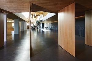 Die schwarze grafisch gestaltete Hubwand aus MDF ist eine Besonderheit. Sie liegt zwischen großem Saal und Foyer und kann flexibel geschaltet werden, um die Nutzungsmöglichkeiten zu erweitern<br />