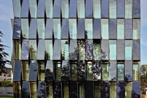 """<div class=""""10.6 Bildunterschrift"""">Auf Höhe der beiden unteren Geschossebenen setzten die Planer wegen der Verschattung keine PV-Elemente ein, sondern in ihrer Farbigkeit identisch erscheinende opake Glasflächen</div>"""