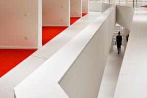 ... und weitere fünf oberhalb, entlang einer Galerie mit Blick über den Hörsaalbereich hinweg nach draußen