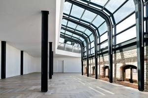 Ein halbbogenförmiges Stahl-Glas-Dach, das bis auf 1,9m heruntergezogen wurde, sorgt für ein besonderes Raumgefühl mit viel Licht von oben