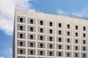 """<div class=""""10.6 Bildunterschrift"""">Die homogene und reduzierte Fassadengestaltung des Architekten Eun Young Yi erforderte flächenbündige, in die Fassade integrierte Gebäudetechnik. Siedle lieferte die Gebäudekommunikation, die Videokameras und die Zutrittskontrollen</div>"""