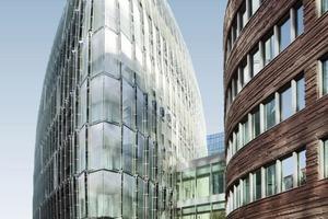 700 leicht trapezförmig geschnittene Glasplatten von 3,45 auf 1,85 m umschließen das Gebäude schuppenartig<br />