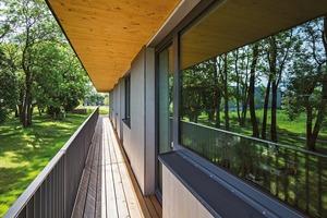 Der Balkon ist nicht nur Freisitz und Fluchtweg, der dient wie sein Überdach als Sonnenschutz