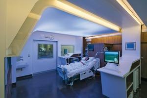 Der Screen kann über eine Tageslicht unterstützende Beleuchtung die Wach- und Schlafphasen der Patienten positiv beeinflussen sowie mit kognitiven und physischen Trainingsprogrammen die Genesung voran bringen