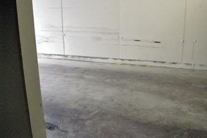 Bild 5: Farbspuren auf der Oberfläche der Außenwand bei der Ein-/Ausfahrt
