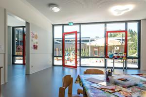 """Der hufeisenförmig angelegte Baukörper der Kita mit integriertem Eltern-Kind-Zentrum an der Eichholzstraße wurde von KLEUSBERG in Modulbauweise errichtet. Während der Baukörper zur Straße hin mit einer streng gegliederten Putzfassade versehen ist, erhielten die beiden Flügel eine horizontale HolzverkleidungKLEUSBERG GmbH &amp; Co. KG<br /><a href=""""http://www.kleusberg.de"""" target=""""_blank"""">www.kleusberg.de</a>"""