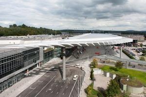 Das Vordach überspannt den Eingangsbereich, verbindet diesen mit U-Bahnstation, Taxivorfahrt und Bushaltestelle und markiert somit den Haupteingang der Nürnberg Messe<br />
