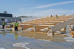 Vier Module verbinden die Facharbeiter zu einem Regalblock direkt auf der Baustelle. Selbst die Sprinkler-Anlage wurde auf der schrägen Ebene vormontiert