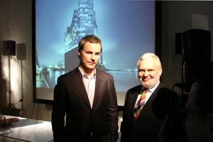 Erste öffentliche Projektpräsentation in Hamburg-Harburg 2008 im Rege-Büro mit Ascan Mergenthalter (Projektleiter Elbphilharmonie Herzog & de Meuron) und dem Rege-Chef Hartmut Wegener, der zwei Jahre später seinen Hut nehmen musste