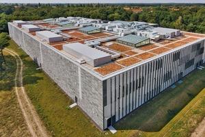 Während die Fassade des Magazingebäudes sich relativ geschlossen zeigt, sind auf dem Dach zahlreiche Aufbauten zu erkennen. Um die Dachfläche von 7200 m² begehen zu können wurde ein stauchungsfreier, hoch druckfester Dämmstoff aus Schaumglas verwendet