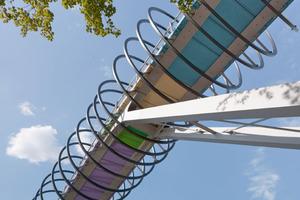 Die Spannbandbrücke mit beidseitig angeschlossenen Rampen ist 406m lang, der Brückenkorpus ist in 16 verschiedenen Farben gehalten