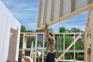 Schon sehr früh fiel die Entscheidung auf vorgefertigte Holzbau-Elemente unter Verwendung nachwachsender, emissionsarmer Baustoffprodukte wie PEFC-zertifiziertem Konstruktionsvollholz und Brettschichtholz-Deckenelemente, sowie Lärchenholzlatten. Ergänzt wurde es durch raumabschließende und wärmespeichernde Ausfachung mit Leichtlehm (Gemisch aus Lehm und Stroh) und ungebrannten Lehmsteinen
