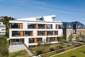 Die großzügigen Fensterbänder<br />gliedern die Fassade und geben ihr Tiefe. Der Glasanteil entspricht der von der DGNB für die Goldzertifizierung vorgeschriebenen Größe