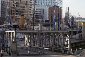 Ansicht vom Elbphilharmoniepavillon über ein Hafenbecken mit historischen Schiffen hinweg
