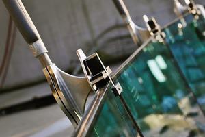 Detailansicht der Glashalterung mit angeschlossener Seilklemme beim Einbau der Scheiben