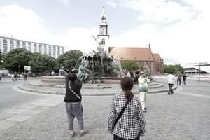 Zuerst die Kuppel, dann noch der Neptunbrunnen. Zur Zeit noch ein paar hundert Meter ÖSTLICH vor dem ROTEN Rathaus ... den Touristen aus aller Welt ist das gleich, Hauptsache Brunnen!