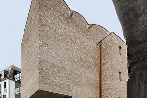 Der Überhang auf der westlichen Schmalseite resultiert aus dem rektangulären Grundriss der beiden Ausstellungsebenen