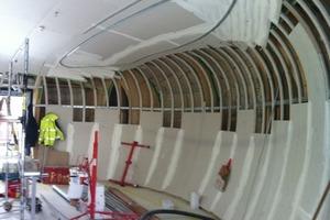 Für die Unterkonstruktion wurden auf der Baustelle Metallprofile je nach Krümmung gebogen<br />