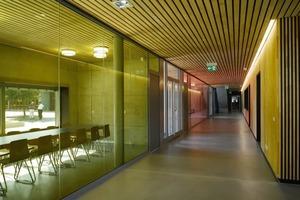 """<div class=""""13.6 Bildunterschrift"""">Drei durch farbiges Glas getrennte Gruppenspeiseräume werden als Lounges für die Oberstufe und die Lehrer genutzt </div>"""