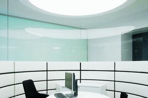 Große Lichtkuppeln spenden ausreichend Licht, um auch bei Vertragsabschluss das Kleingedruckte lesen zu können