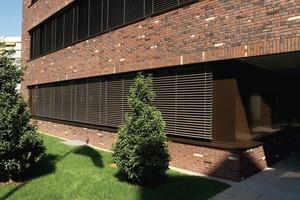 """<div class=""""2.6 Bildunterschrift"""">Für die je nach Lichteinfall und Sonnenstand wechselnde Fassadengestaltung wurden vom Nottulner Klinkerwerk spezielle dünnformatige Klinker gebrannt. Klassische Dunkelrot- und Brauntöne mit hellen Partien und anthrazit-schwarzen Kohle-Anflammungen prägen auf einer Fläche von 3100 m² die abwechslungsreiche Farbgestaltung. Der ornamentartige Einbau einzelner heller Klinker in Horizontal- und Vertikalausrichtung setzt Akzente und sorgt für Lebendigkeit. Der Ton der cremefarbenen Einzelsteine wurde exakt mit der Farbe des außenliegenden Sonnenschutzes abgestimmt</div>"""