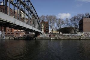 Der Siemenssteg von Osten, hier mit Blick auf das Entwicklungsgebiet der WerkbundStadt, Berlin (ehemaliges Öllager)