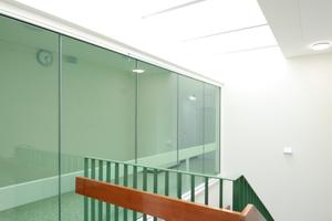 Übergang zwischen Bestand und Zubau: Tageslicht von oben gelangt über die geöffneten Wände bis tief in die Erschließung der Klassen