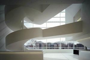 Über fünf Geschosse zieht sich das Foyer mit seiner skulpturalen Wendeltreppe im Gütersloher Stadttheater von PFP-Architekten<br />
