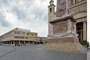 """Wirklich Abriss? Das ehemalige Lehrerinstitut """"Rosa Luxemburg"""" könnte den schmucken Alten Markt am Leben halten. Rechts """"die Platte"""", ein Wohnhaus am Staudenhof"""