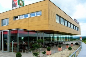 Für die Fassade der Coffee World wurden Linien Plattenoberfläche gefräst