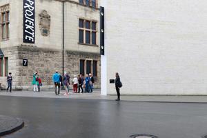 """Am Landesmuseum, hier dem Neubau von Volker Staab: """"In Situ"""", eine Art Wasserwaage von John Knight"""
